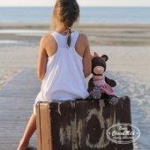 Снимка на Седналата Милки в розова кадифена рокля