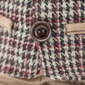 Снимка на Стоящият Шоко в карирано яке